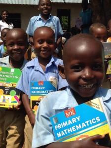 Book-drop bij scholen in Oeganda.